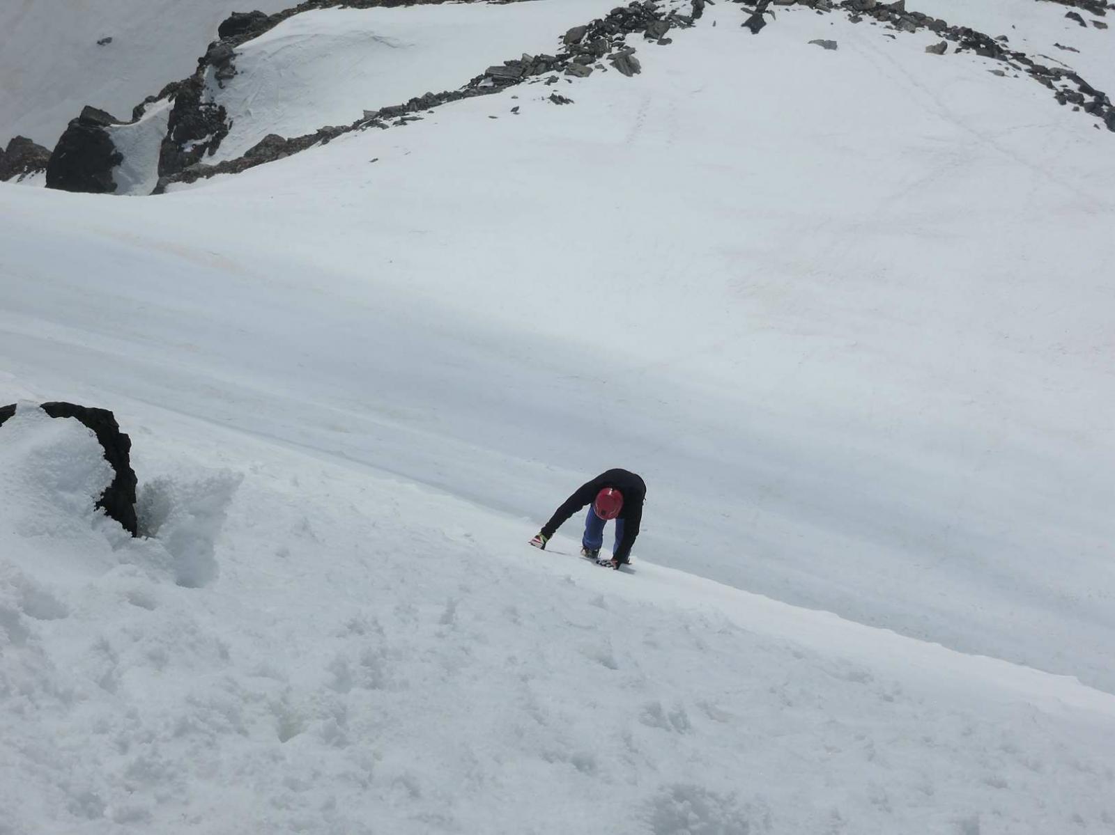 Ripido pendio nevoso sotto la cima
