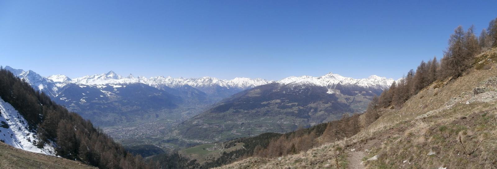 panrama sulla valle centrale con Aosta  e  sulla catena montuosa dal Gran Paradiso al Monte Bianco...