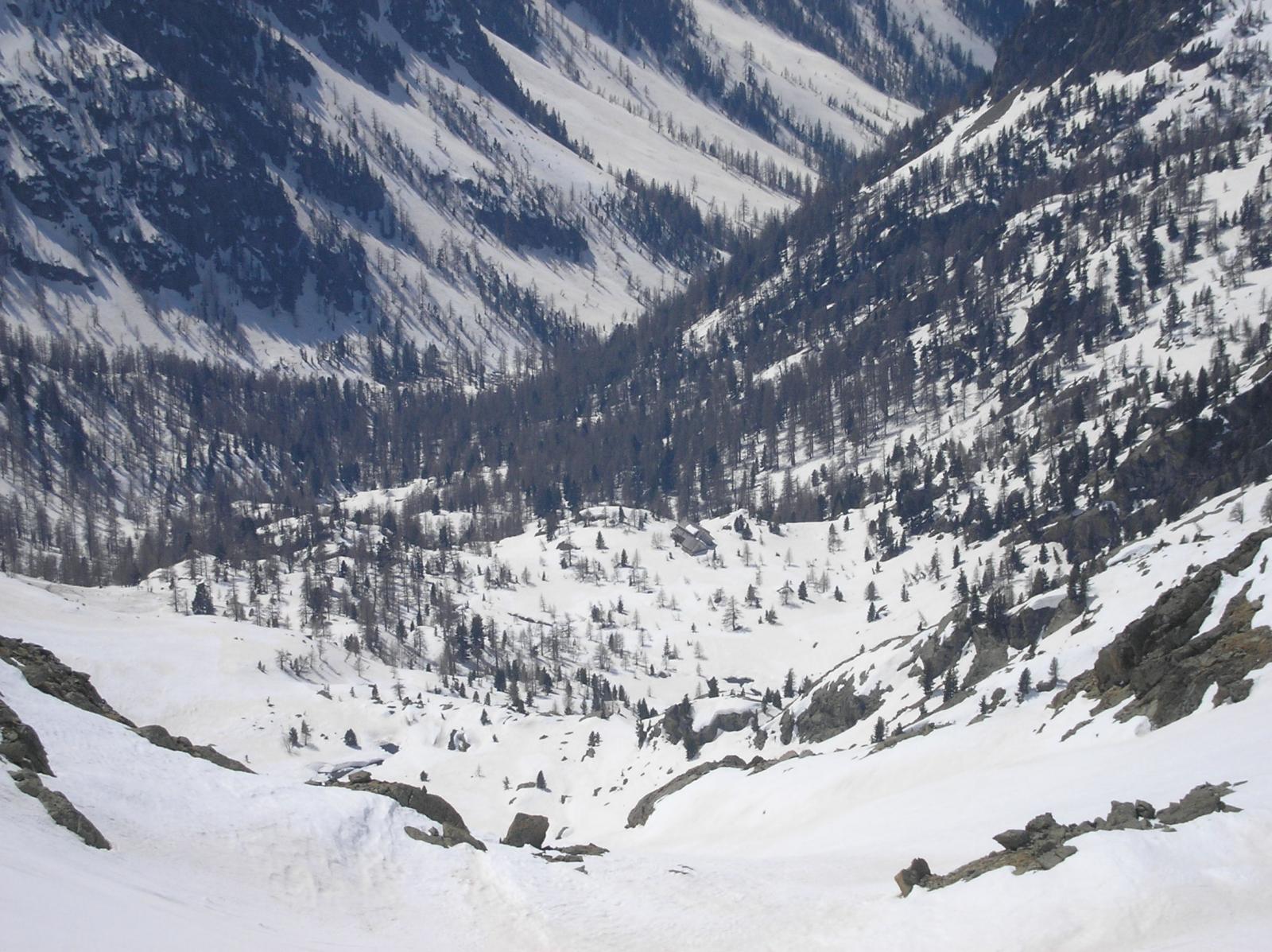 Canale di discesa con il rifugio sullo sfondo