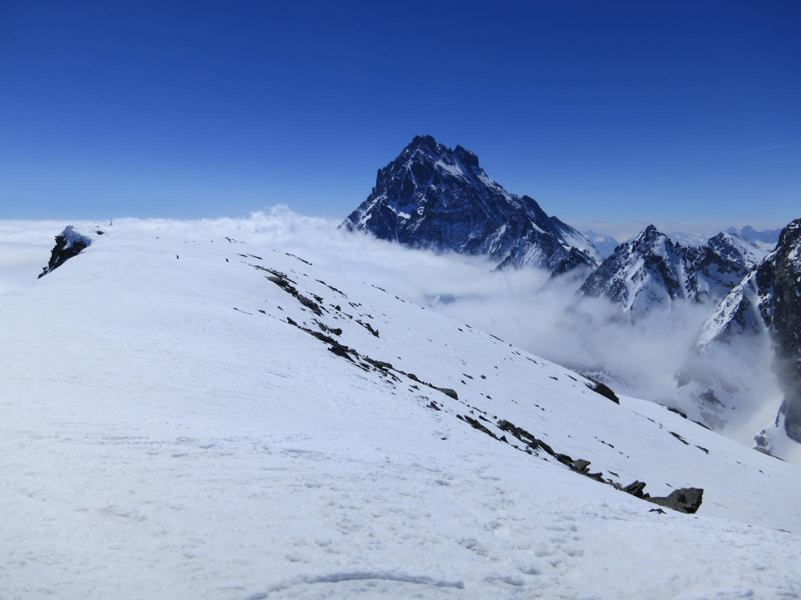 la piatta dorsale della Meidassa ed il Viso restano sopra il nuvolo