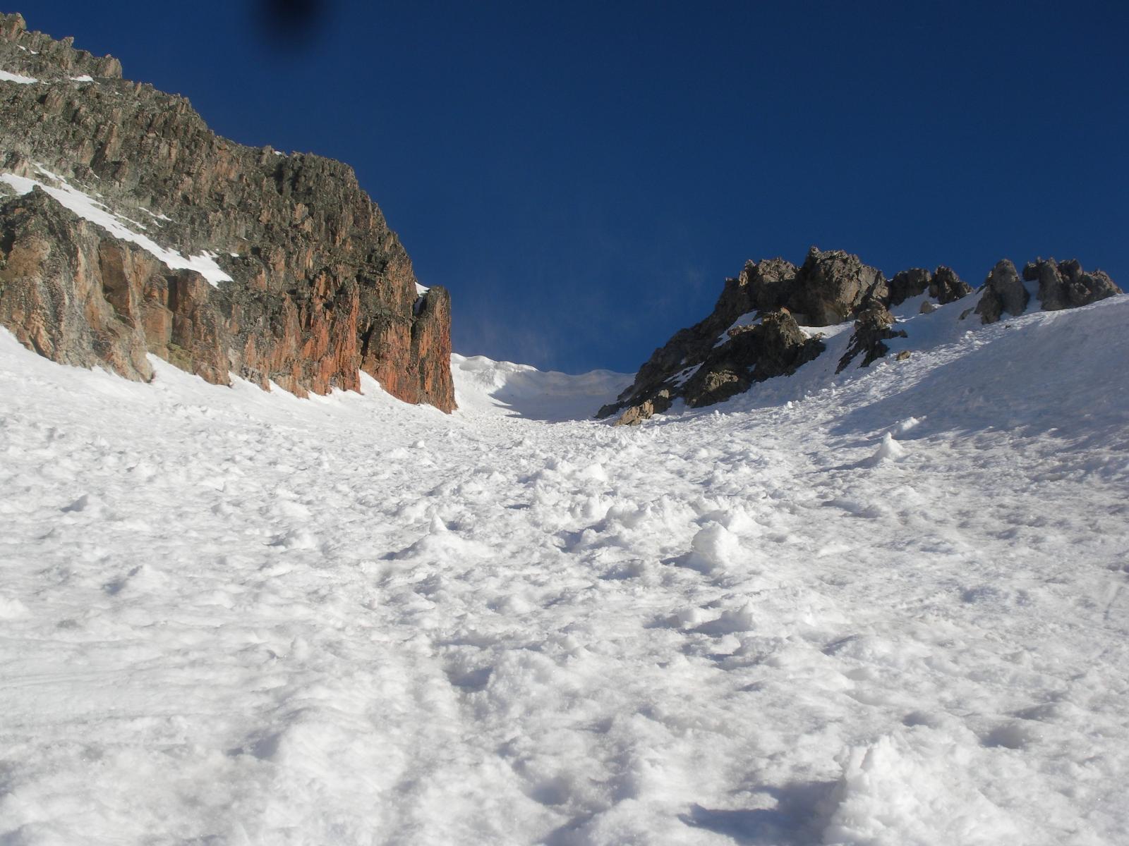 il canale svalangato..tutt'ora nella morsa del gelo..