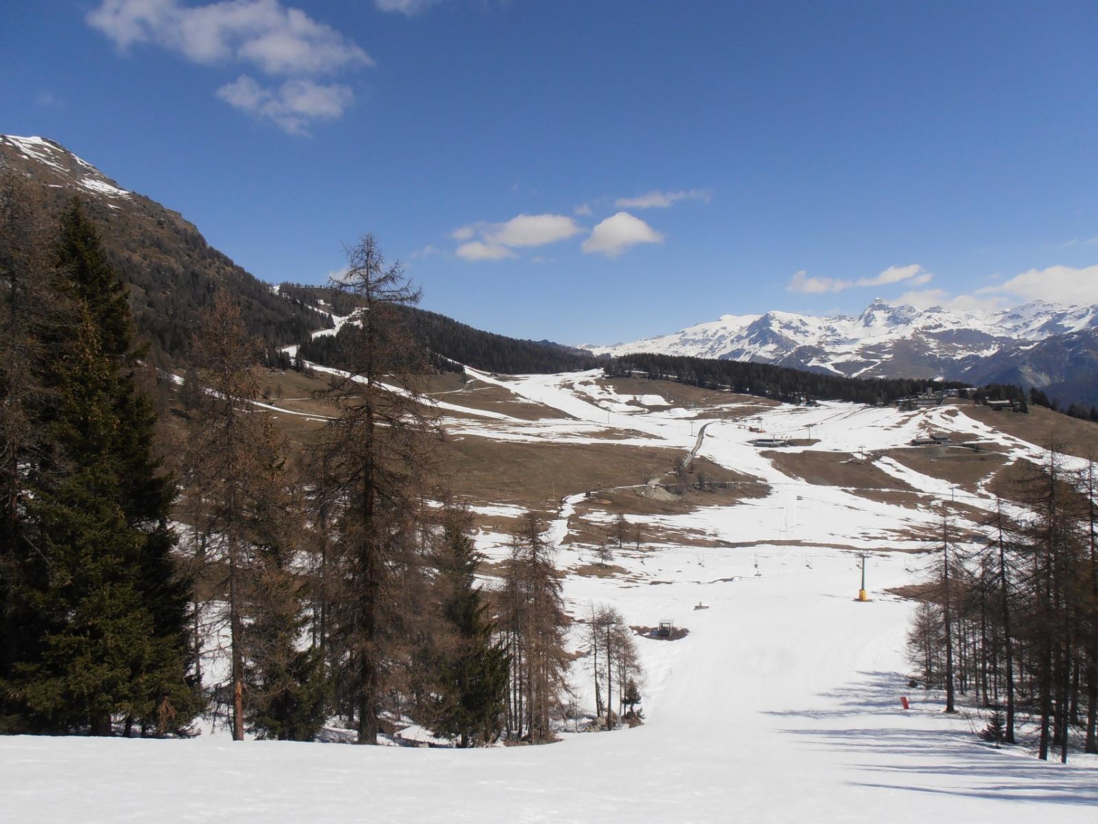 01 - nel pianoro centrale neve soltanto più sulle piste