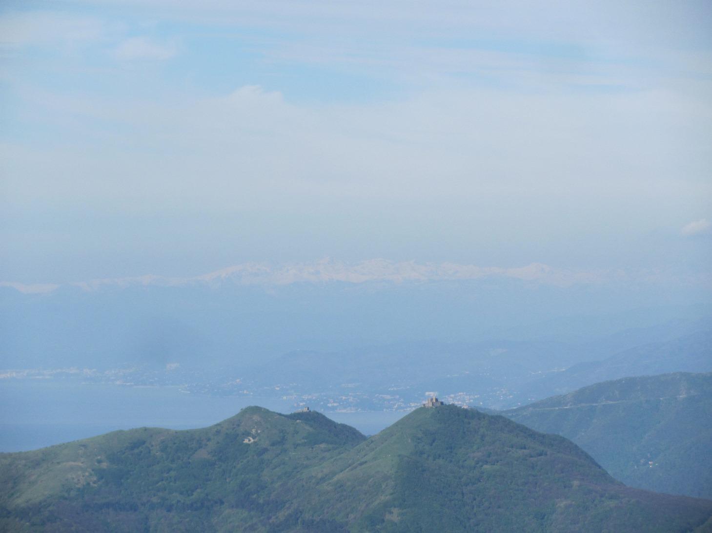 Vista dall'Alpesisa: i forti, il mare e le alpi liguri