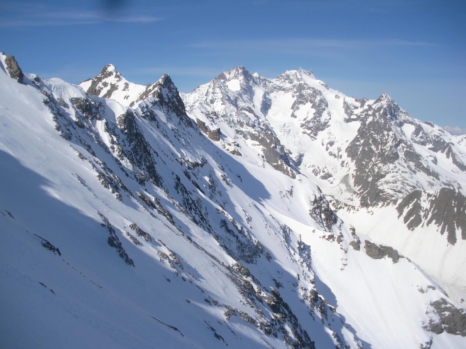 dalla cresta nord scendendo a l colletto, si vede a sx il Pic ouest de Combeynot e al fondo la Meije..