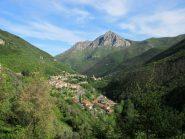 Nasino e a dx il Monte Castell'Ermo