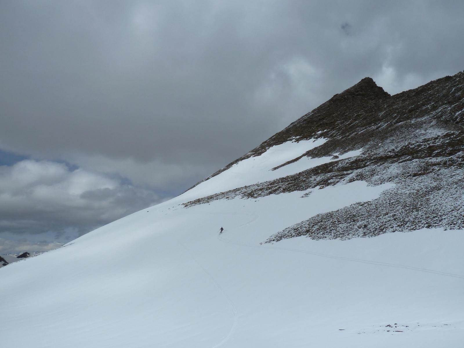 Discesa con gli sci sotto le nuvole