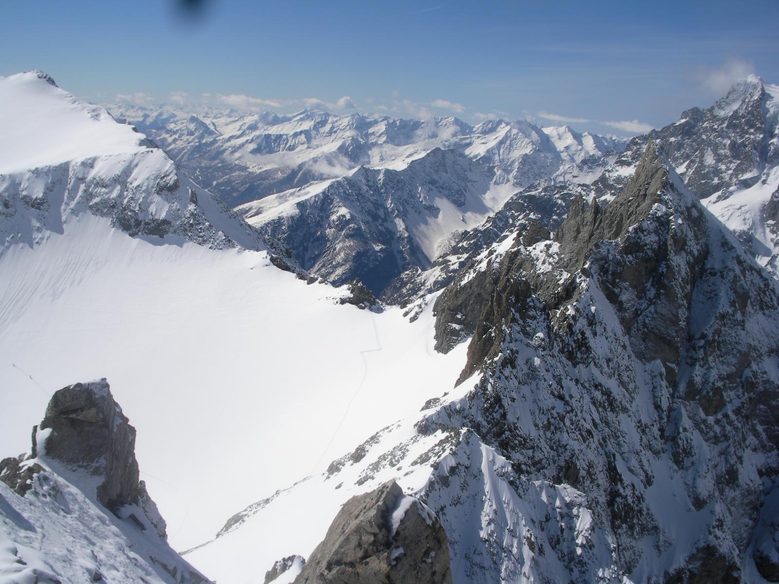 AL centro il Col des Brouillards sorretto dal Pic de la Dormillouse a sx e dal  piu' aguzzo e roccioso Pic des Paveous a dx e gli Ecrins al fondo..