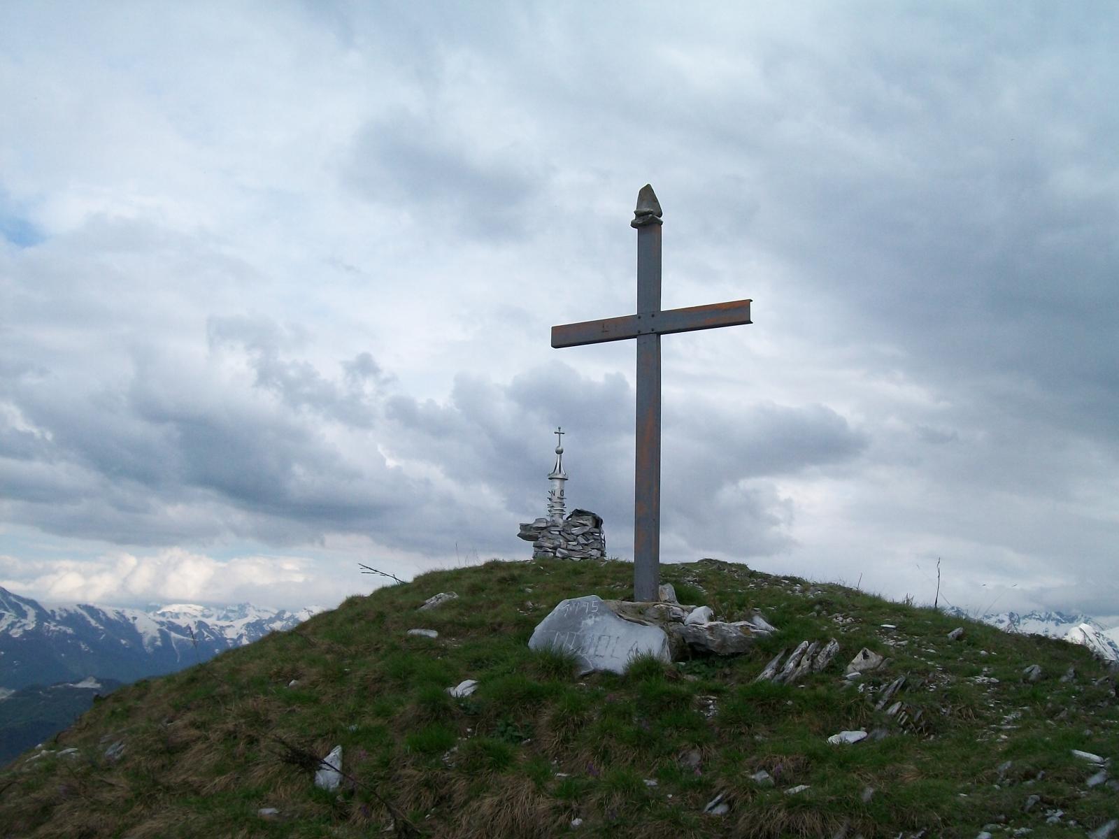 Croce e pannello con le cime in prossimità della cima