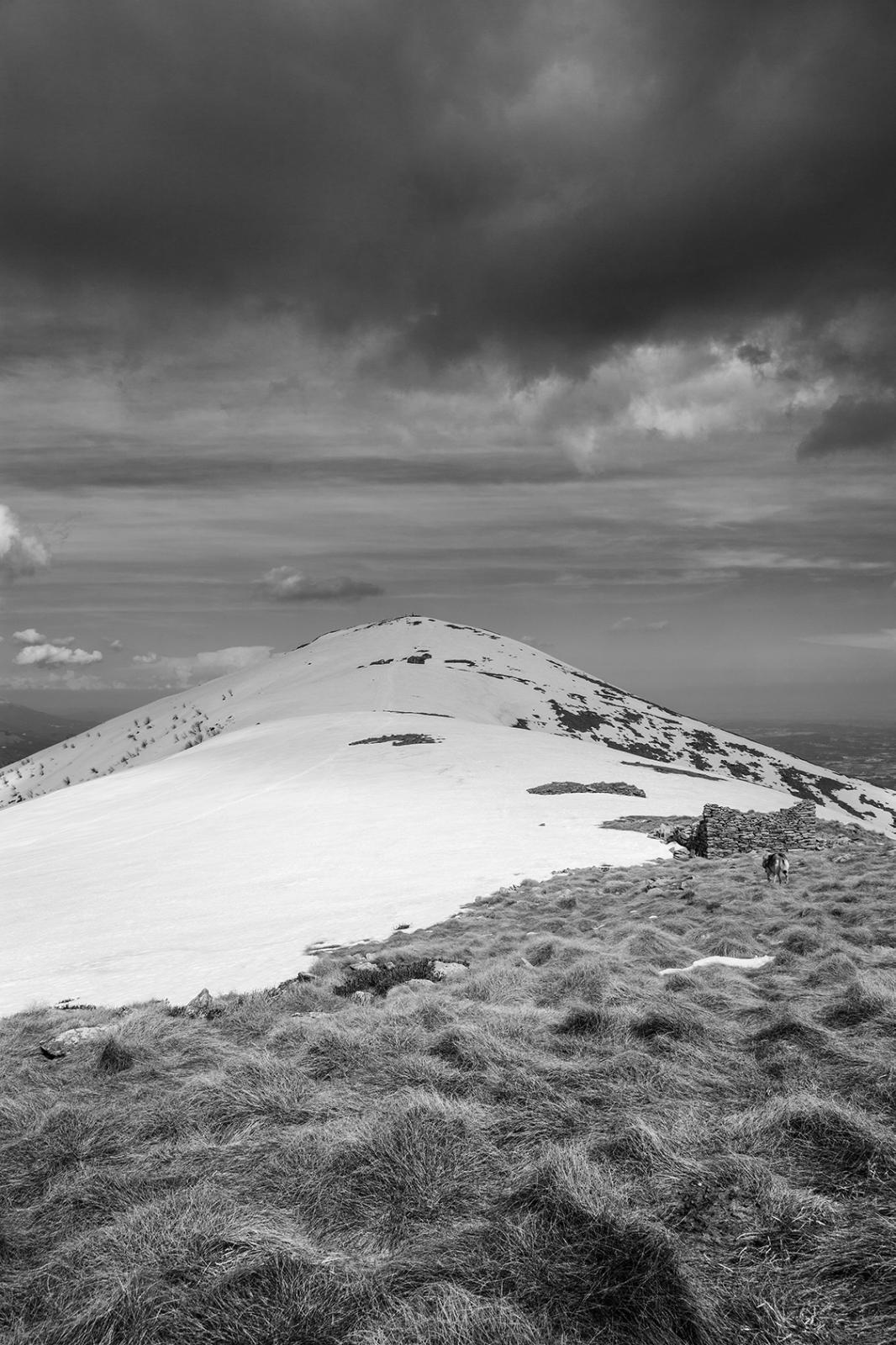 Guardando la cima del Monte Soglio le nuvole fanno pensare a un imminente acquazzone