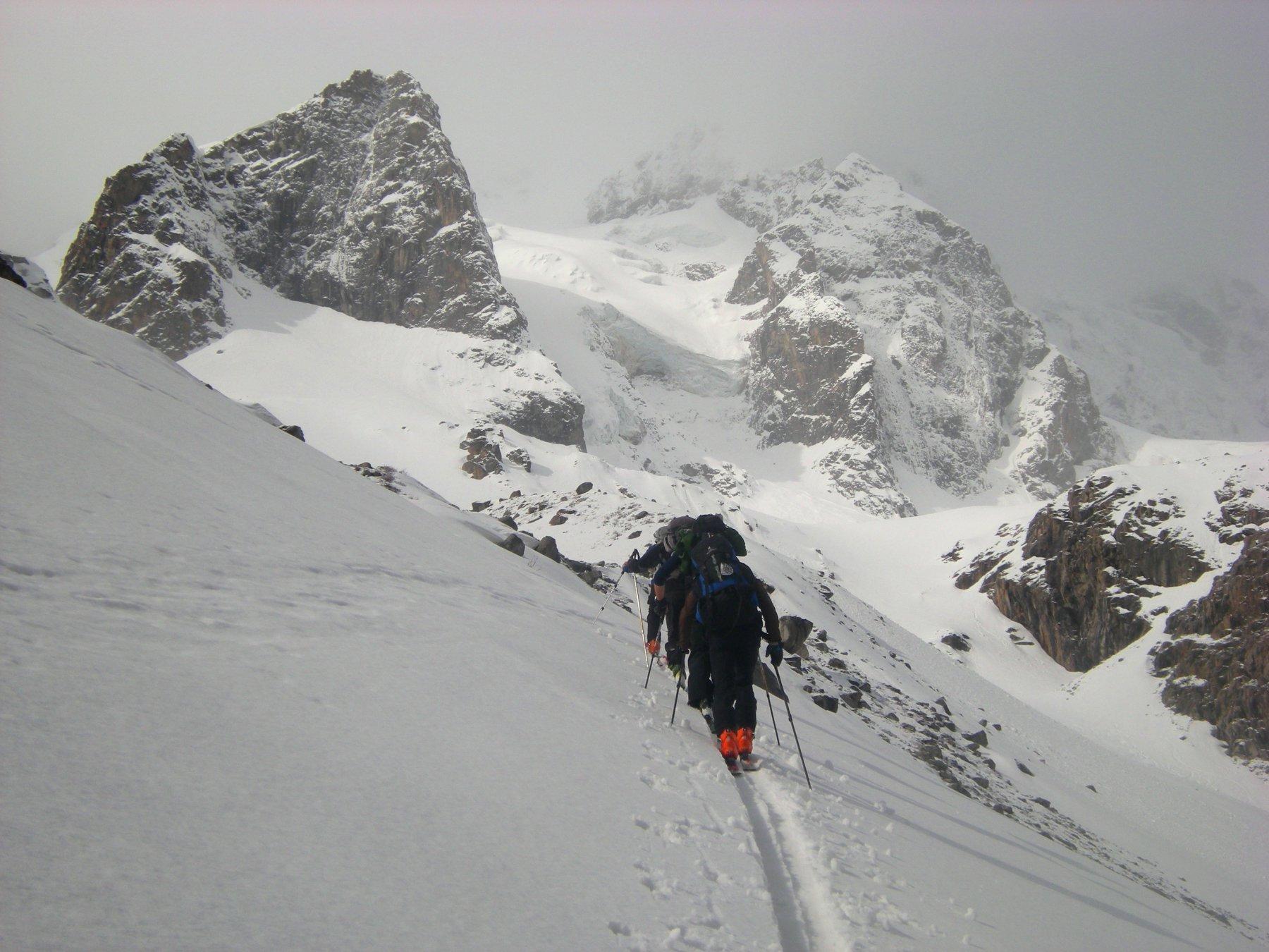 in prossimità del passo,  tra le nuvole il Cheget-tau 4109 m