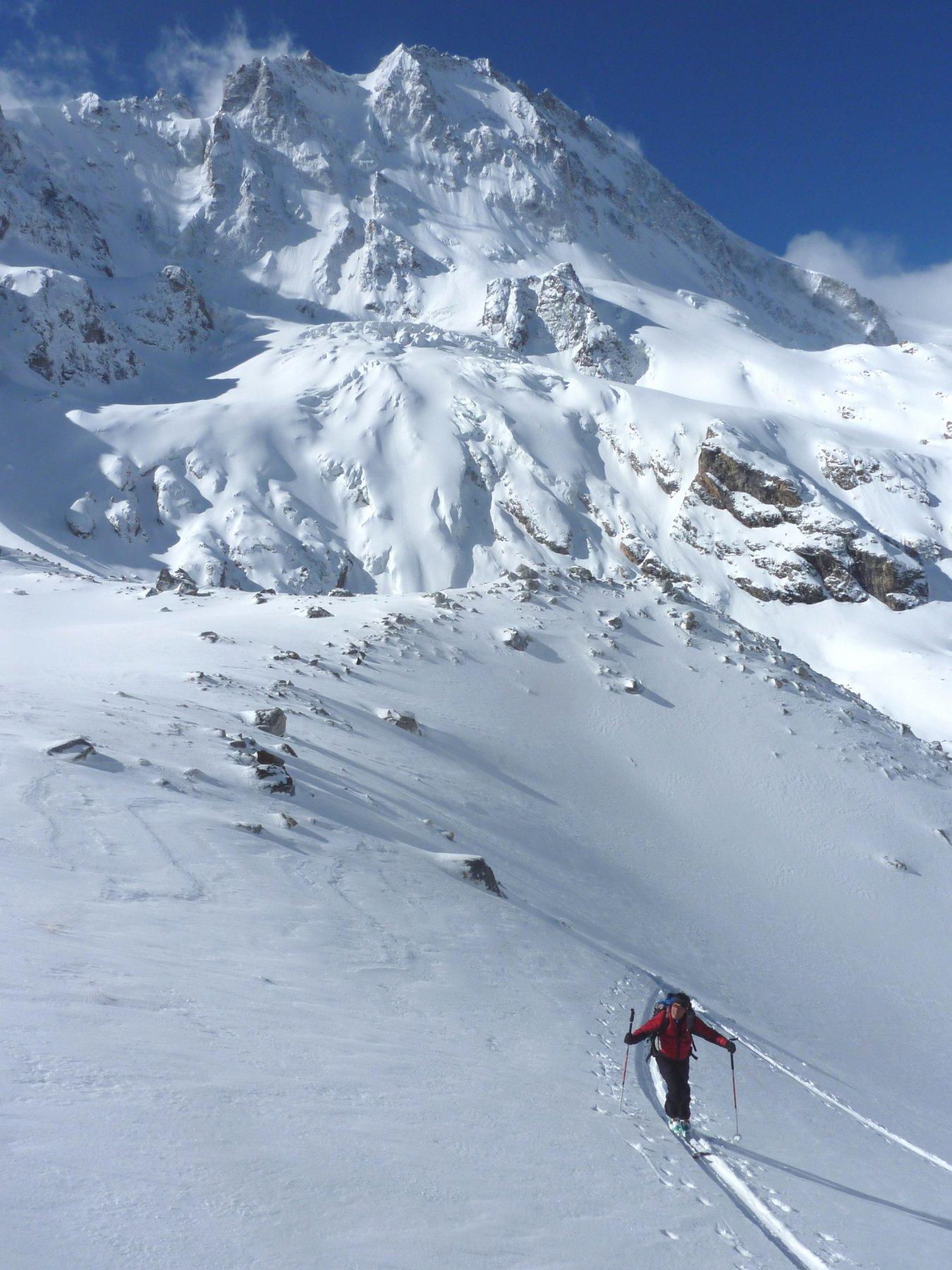salita al Garvash, sullo sfondo l'imponente parete ovest del Adiyrsubashi 4371 m