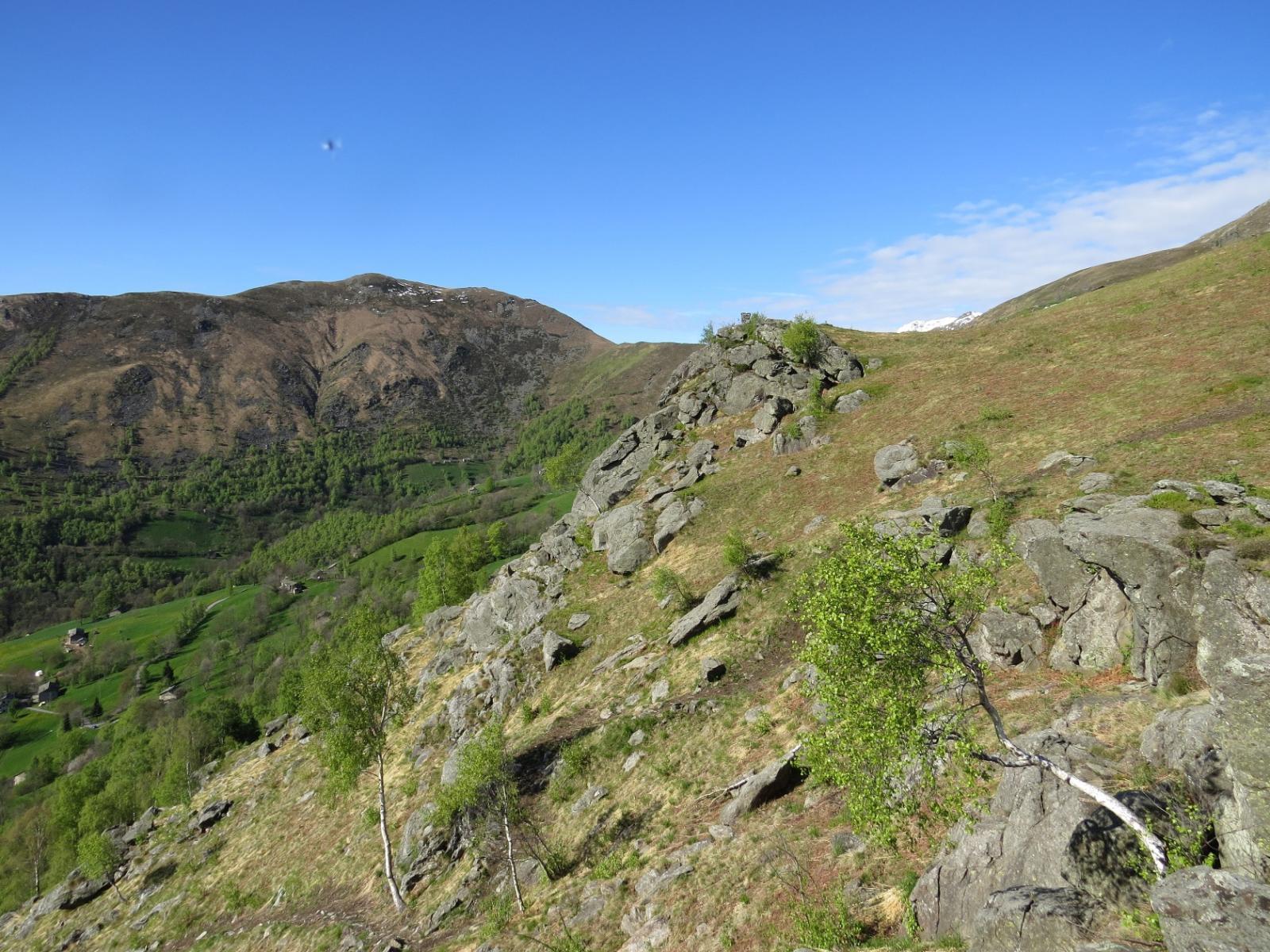 In basso, il sentiero di salita, sfondo Cima Bossola