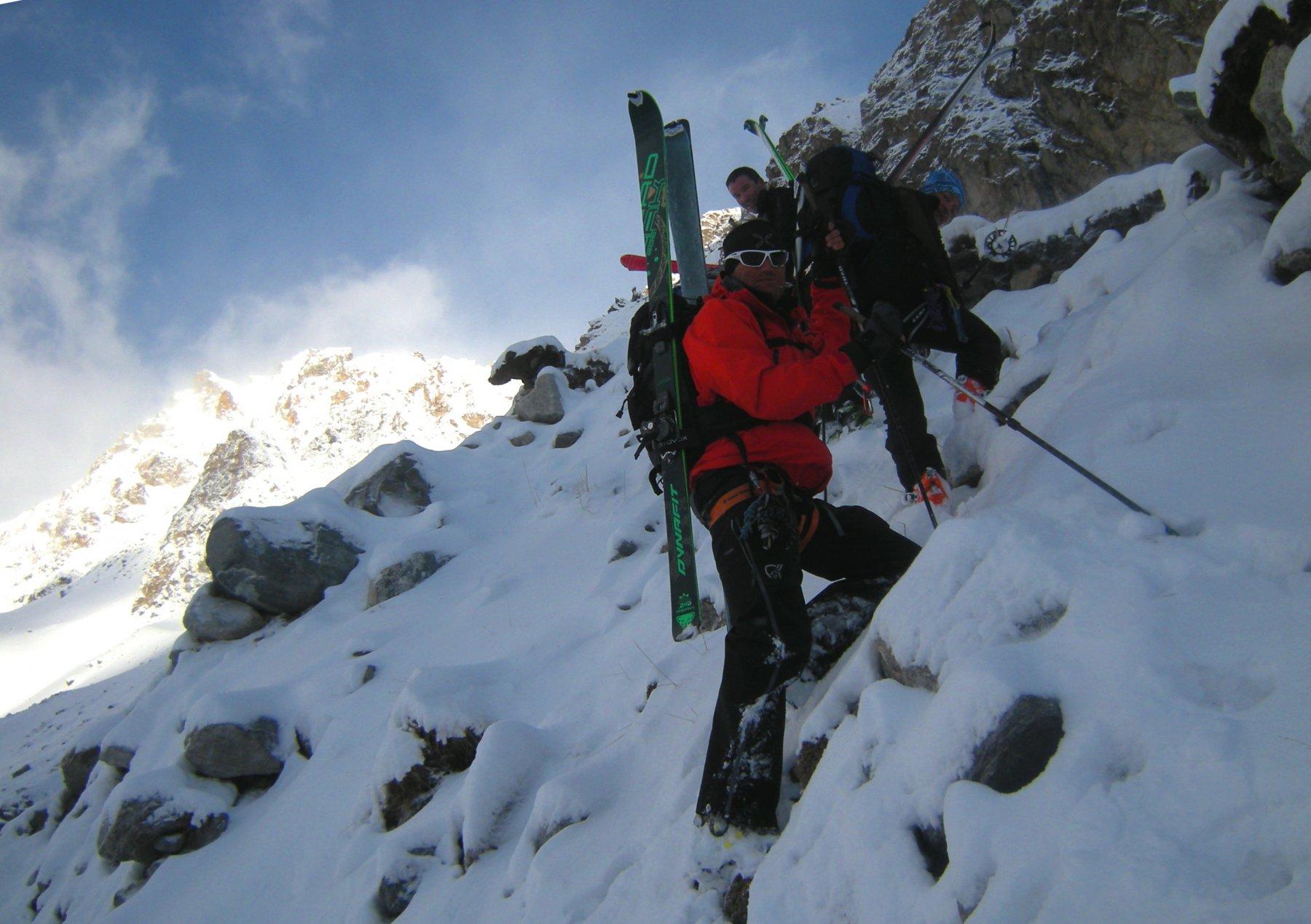 passaggio sulle rocce a destra del ghiacciaio Gumachi