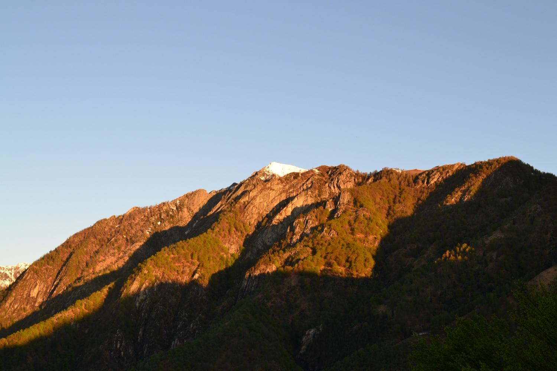 la cima innevata del Ruscada illuminata dal primo sole