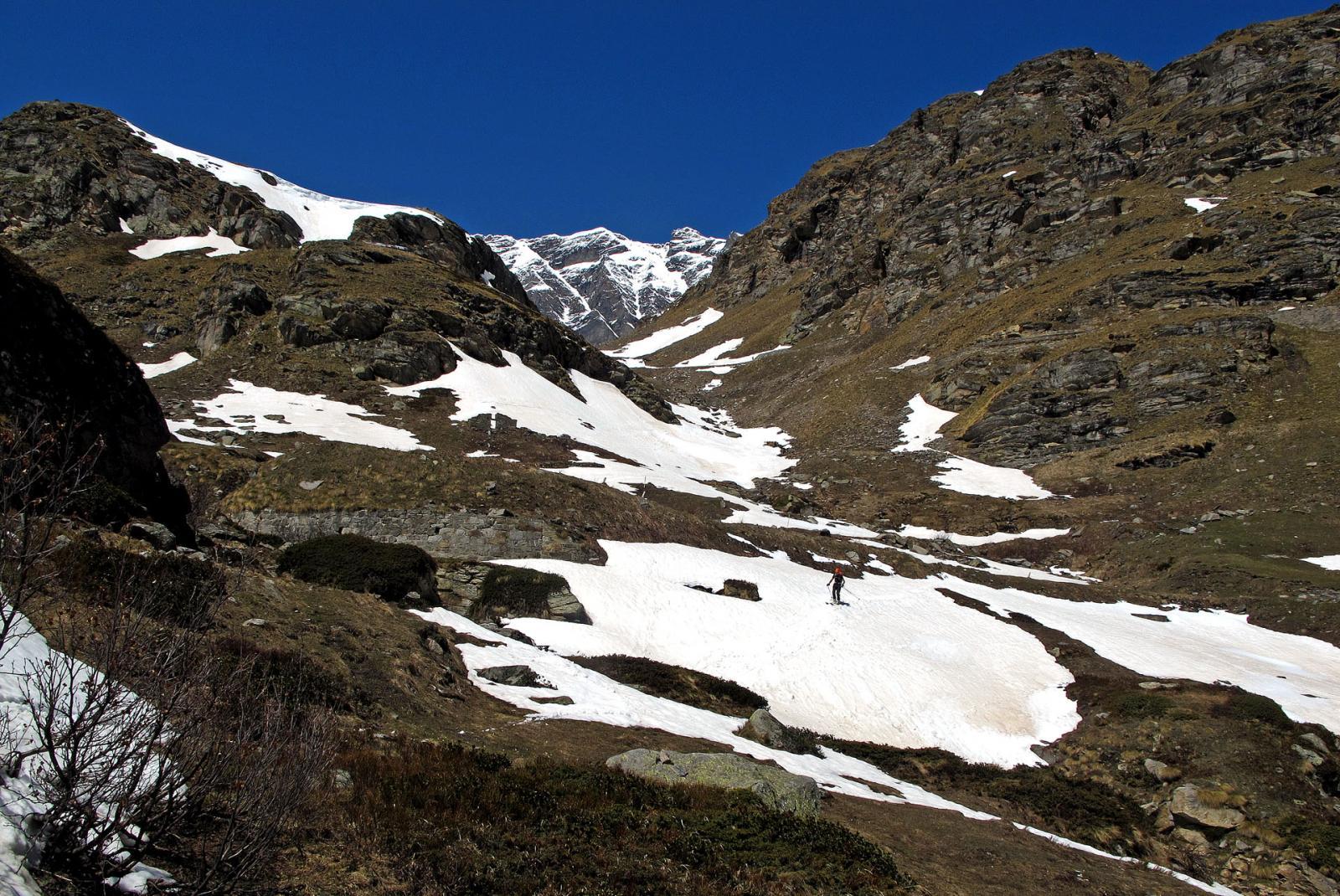 Ultimi nevai,si scende fino a un paio di tornanti sopra il v. del Carro