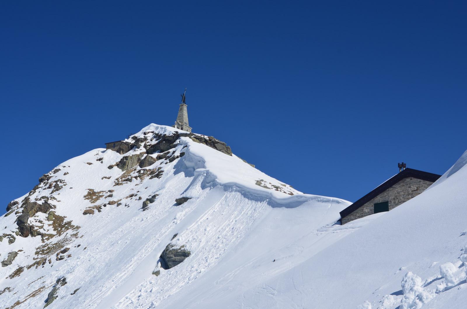 Rifugio coperto e cornici verso la cima