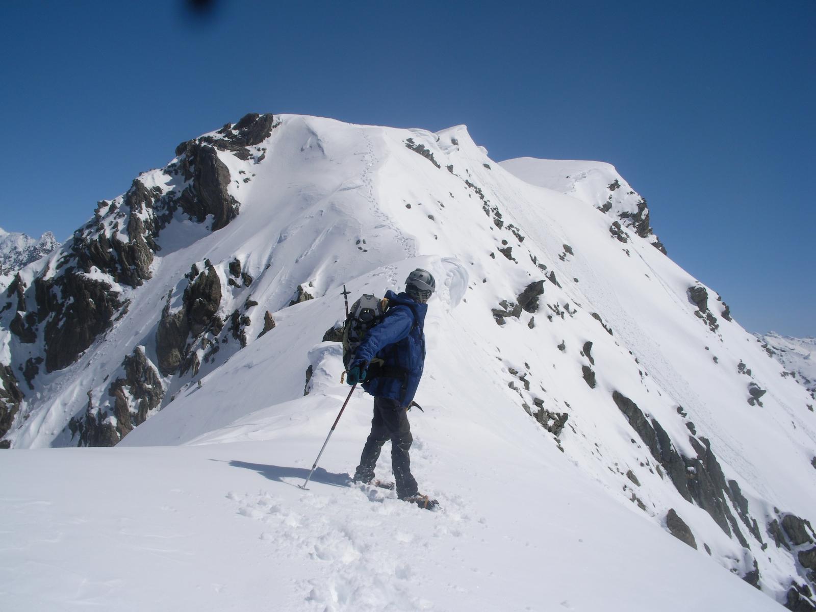 scendendo lungo la cresta sud-ovest in cerca di un passaggio per calare alla base..