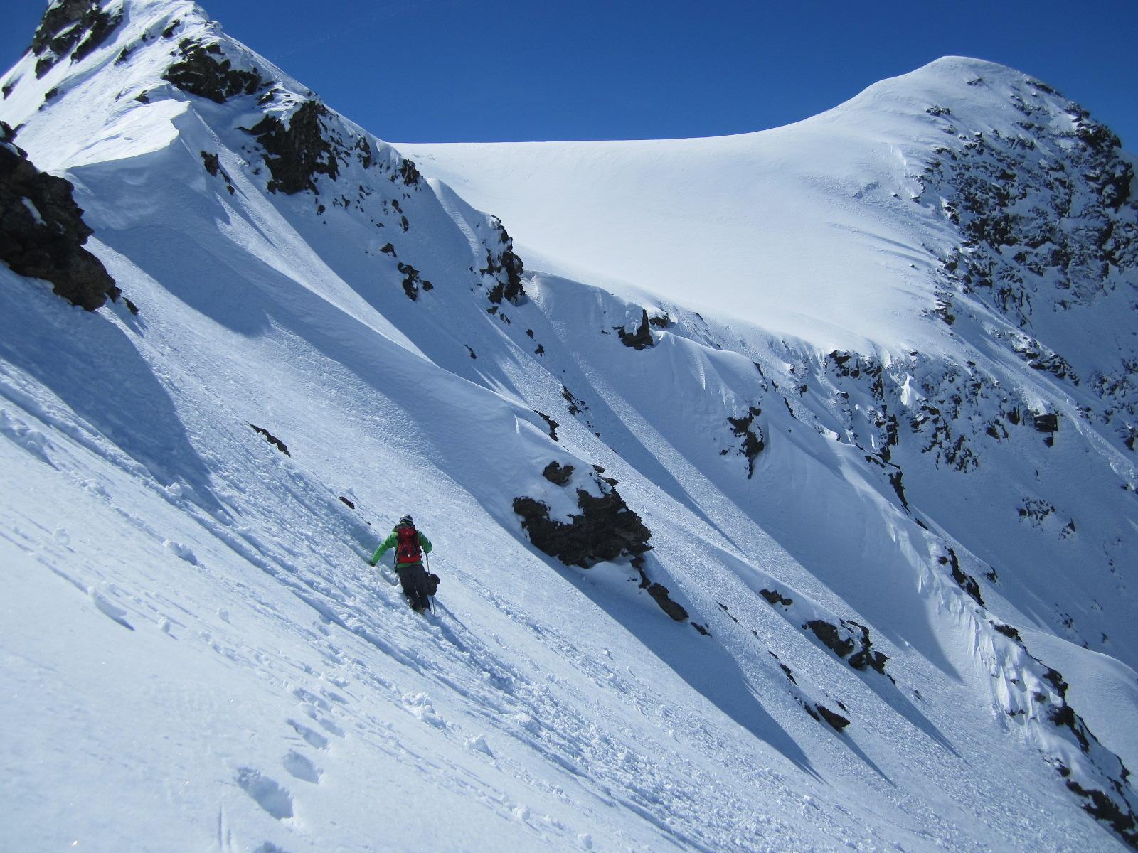 lungo la cresta, sulla dx la nevosa vetta