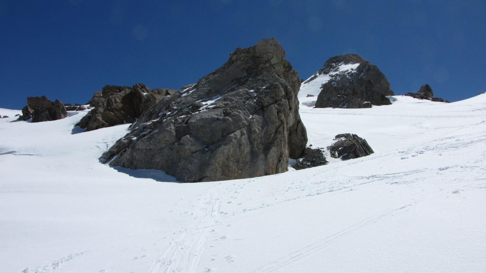 passando sotto il filo di cresta tra alcuni spuntoni rocciosi a quota 2700 m.
