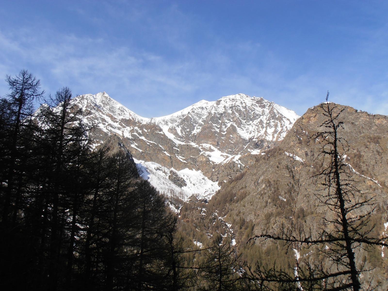04 - Ingresso nel vallone di S.Marcel sotto l'imponente sella innevata del Col di Salé