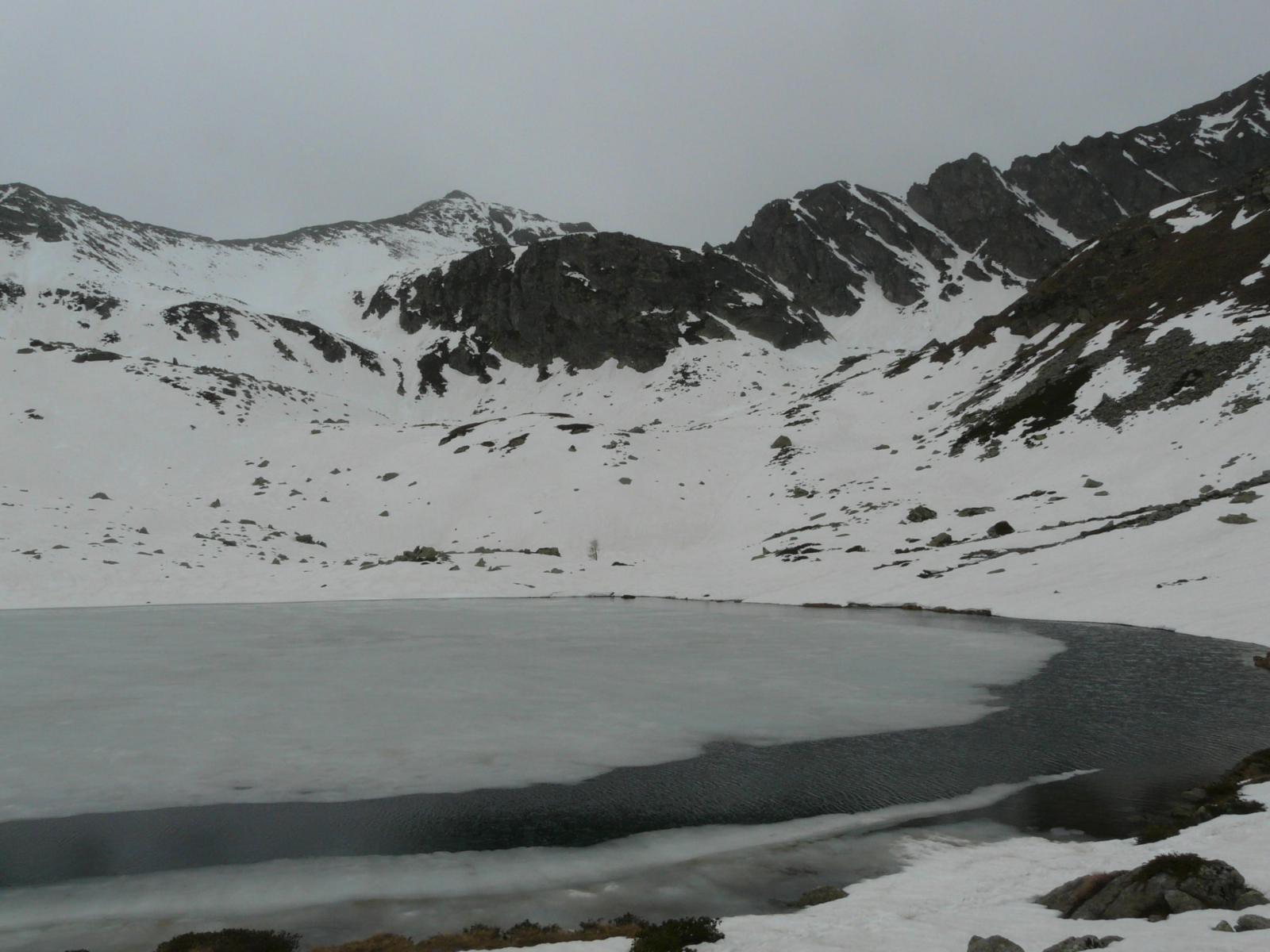 lago ghiacciato,  tormenta in arrivo