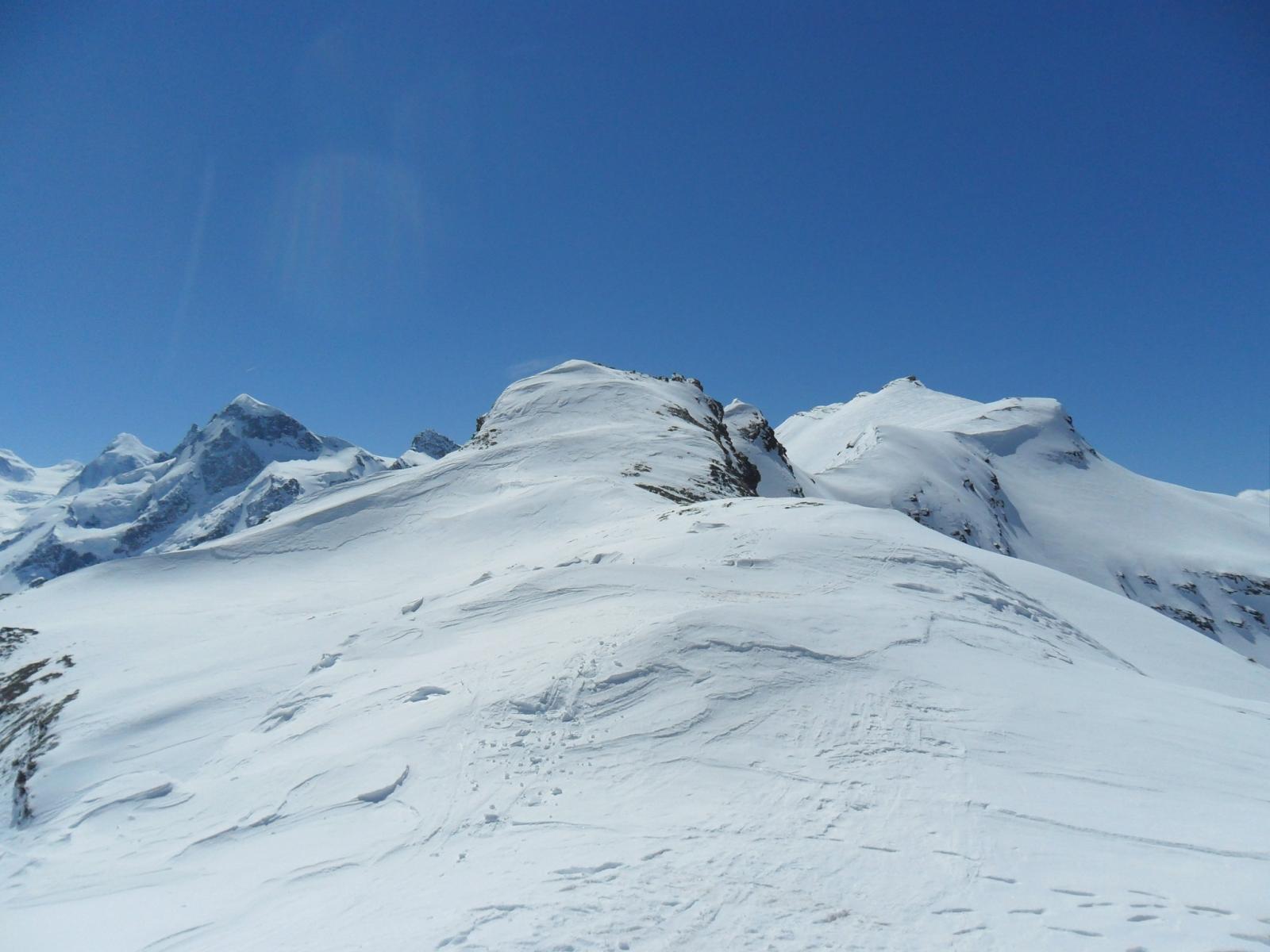 La q. 1553 al centro, a dx la cima Furggen