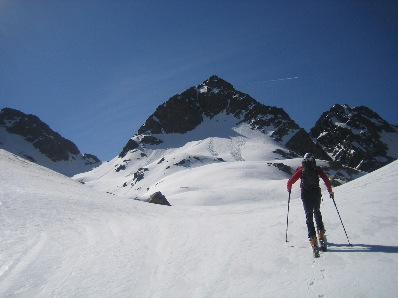 l'imponente anticima del Gemello Nord di Valrossa e il colle Sud sulla sinistra