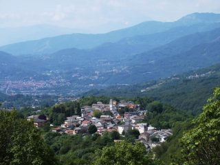 Castelnuovo Nigra dal sentiero di salita