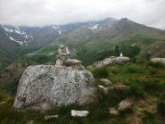 Le statuette in cima al Calvo