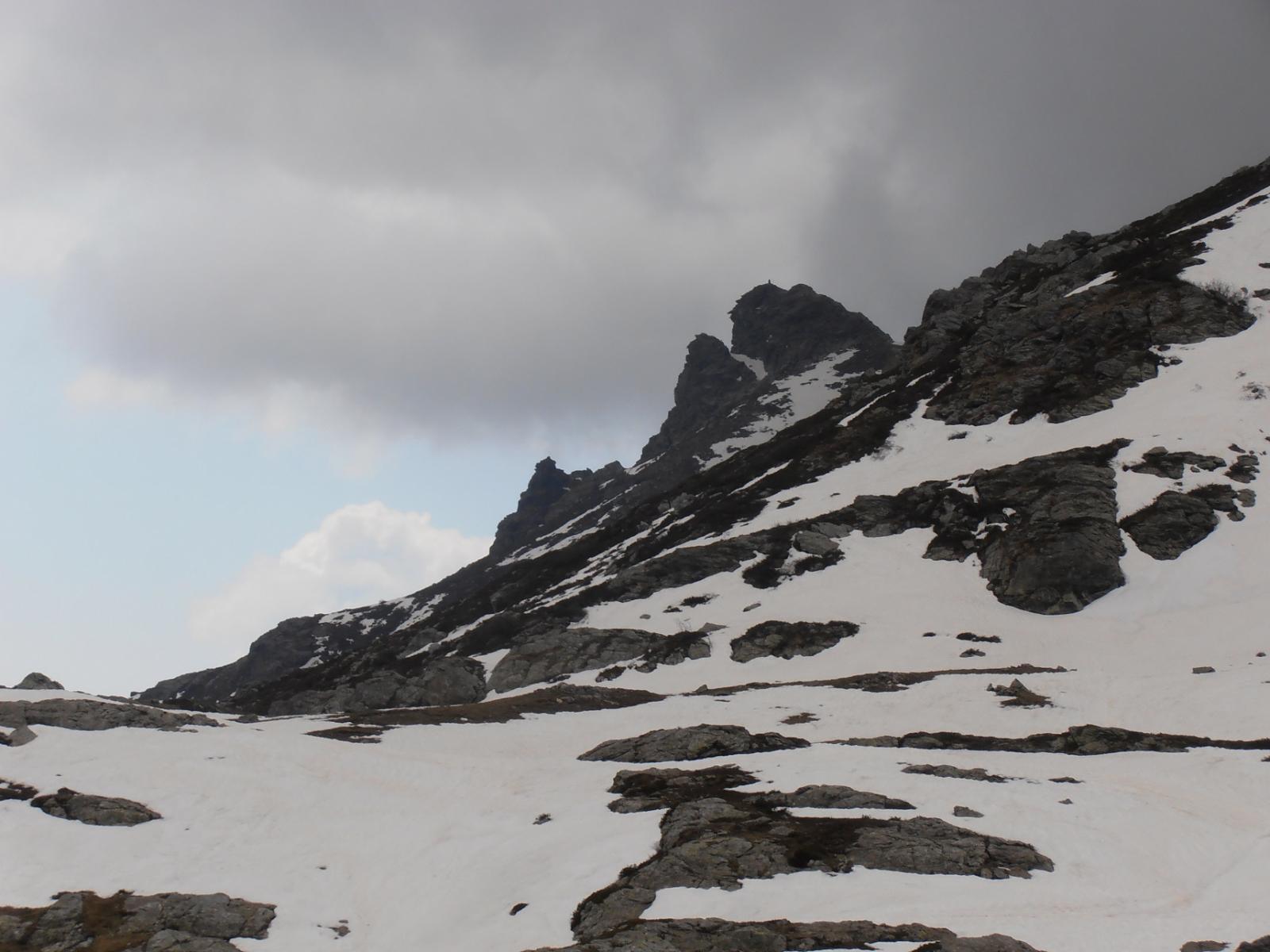 18 - vista della Rocca Patanua dal pianoro adiacente alla Rocca del Prete