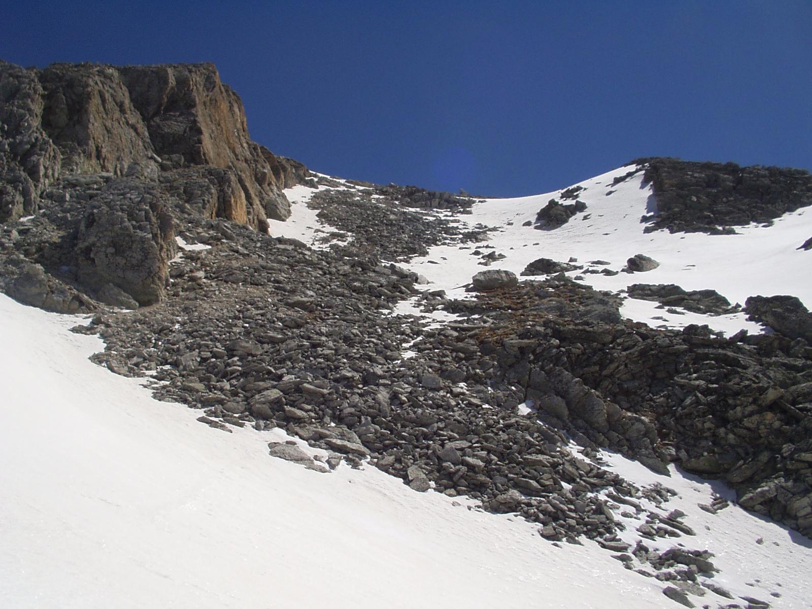 In salita: il tratto di pietraia poco sopra il colletto Ovest, guardando da Sud.