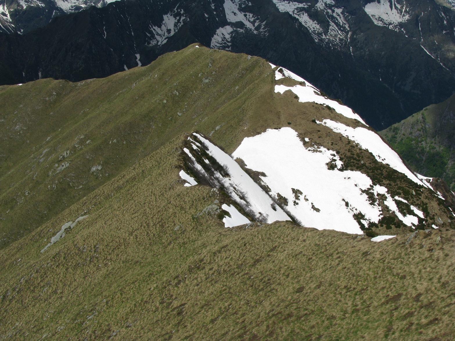 In primo piano, il Monte Sasset e oltre Cima la Rocco
