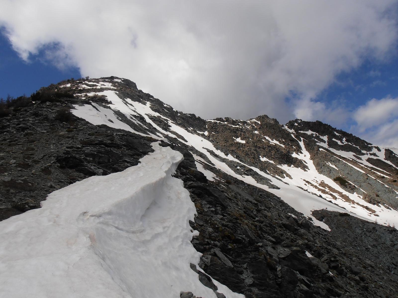 02 - La cima dal sentiero 8, qualche nevaio si lambisce ancora
