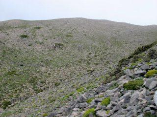 Il versante occidentale del Volakias attraversato