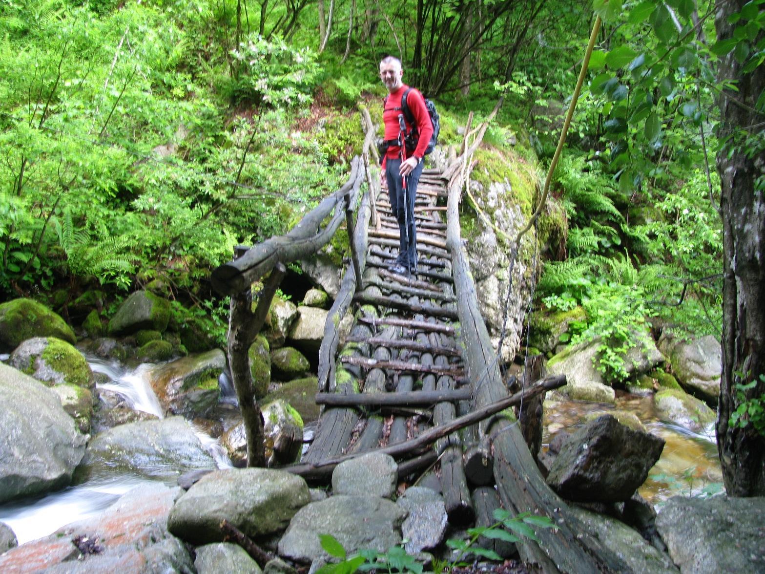 Attraversamento del Rio Palocco su rustico ponte molto viscido