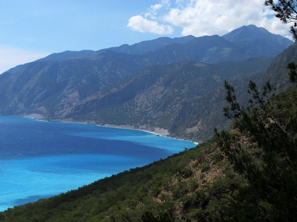 Sulla sinistra Aghia Roumeli e lo sviluppo della cresta che sale al Volakias