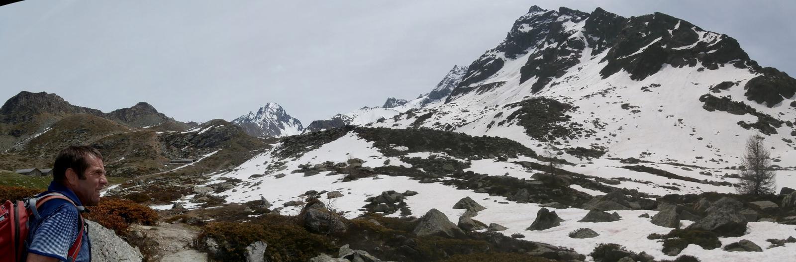 in vista del rifugio,al centro il ghiacciaio della Rabouigne..