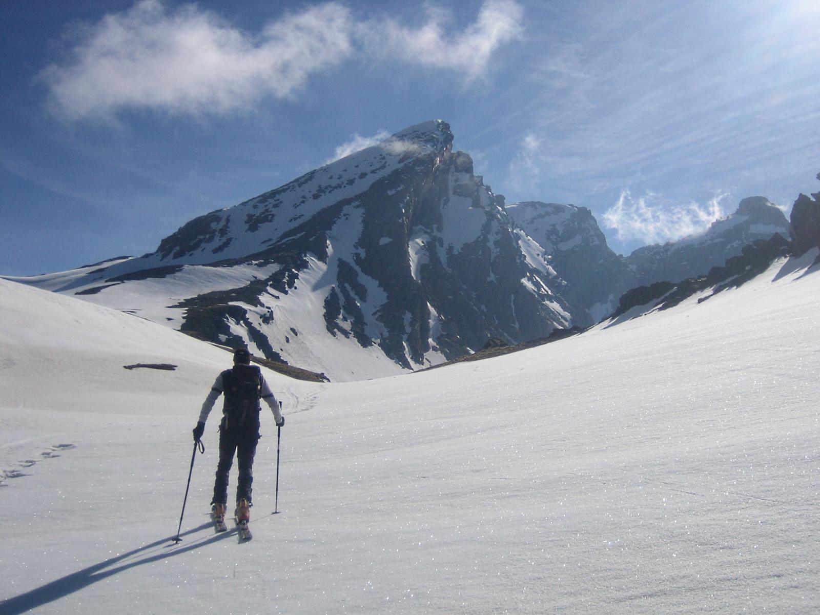 oltre il Colle dell'Agnello; sul versante francese vista sul Pan di Zucchero 3208 m.