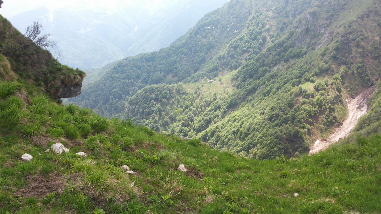 la Comba di Frasso dalle creste del Ventolaro, sulla destra il nevaio del Creus Canval, evitato salendo dal versante opposto