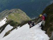 Crestina con sentiero coperto, prima di agganciare la cresta nord, sopra alpe Fornà