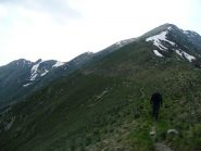 Traverso per il rientro dal colletto della Marona, a destra la via normale della cresta est