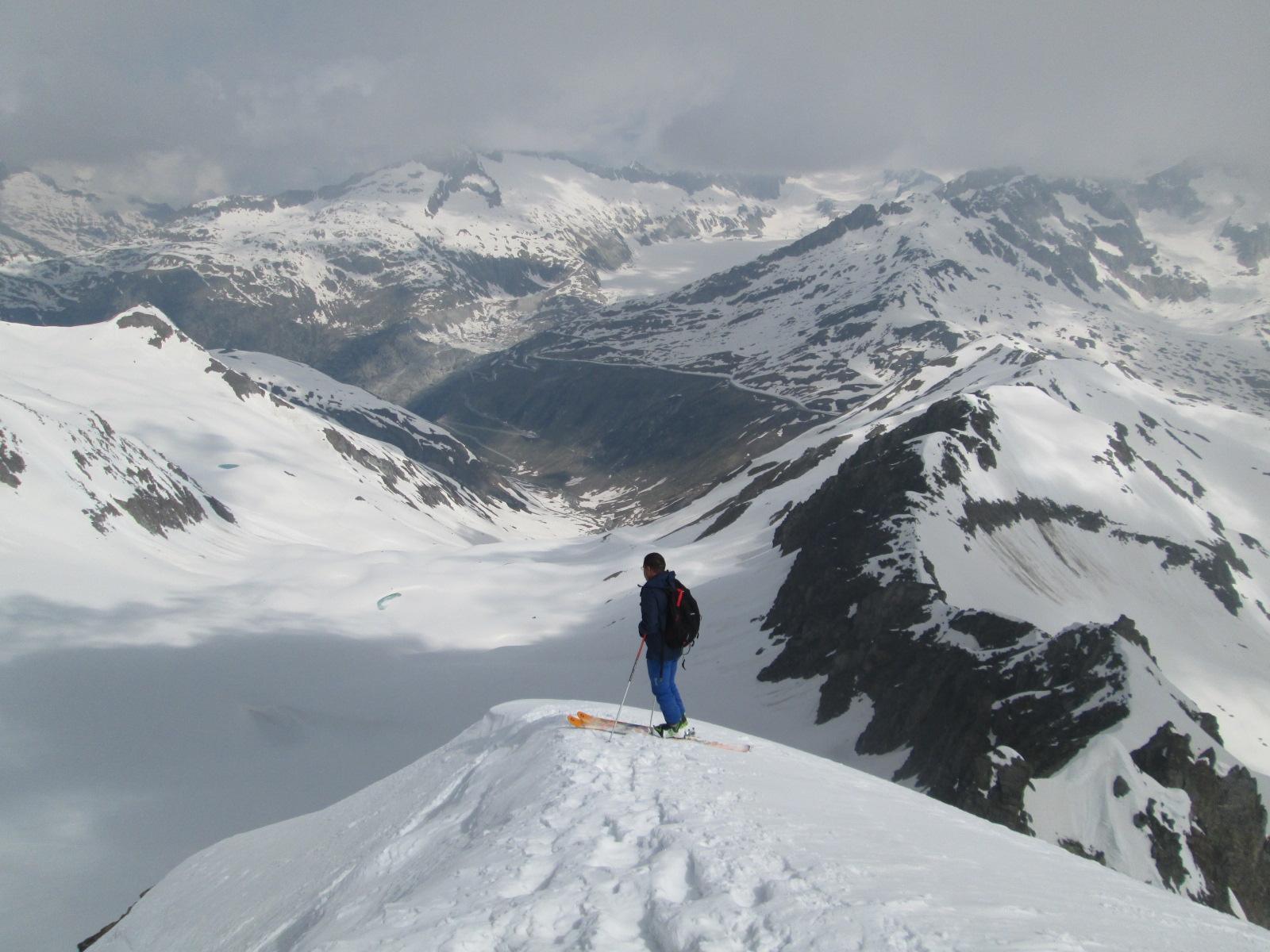 Carlo sci ai piedi sulla cresta esposta...