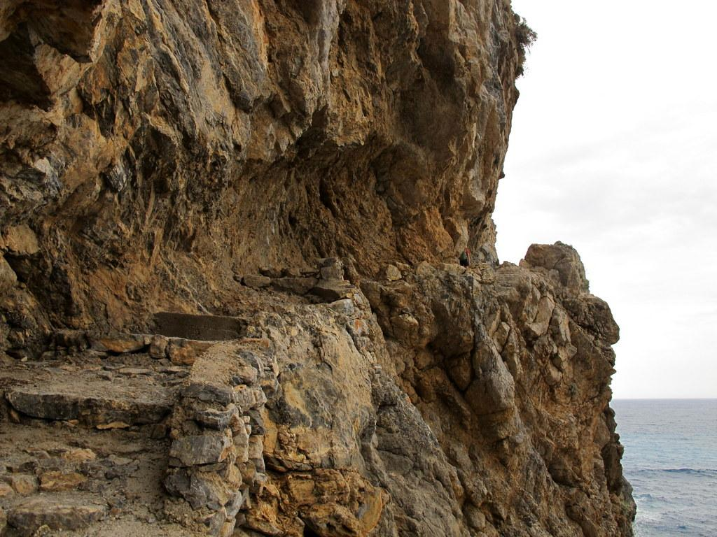 Il passaggio scavato nella roccia dopo Glikà Nerà