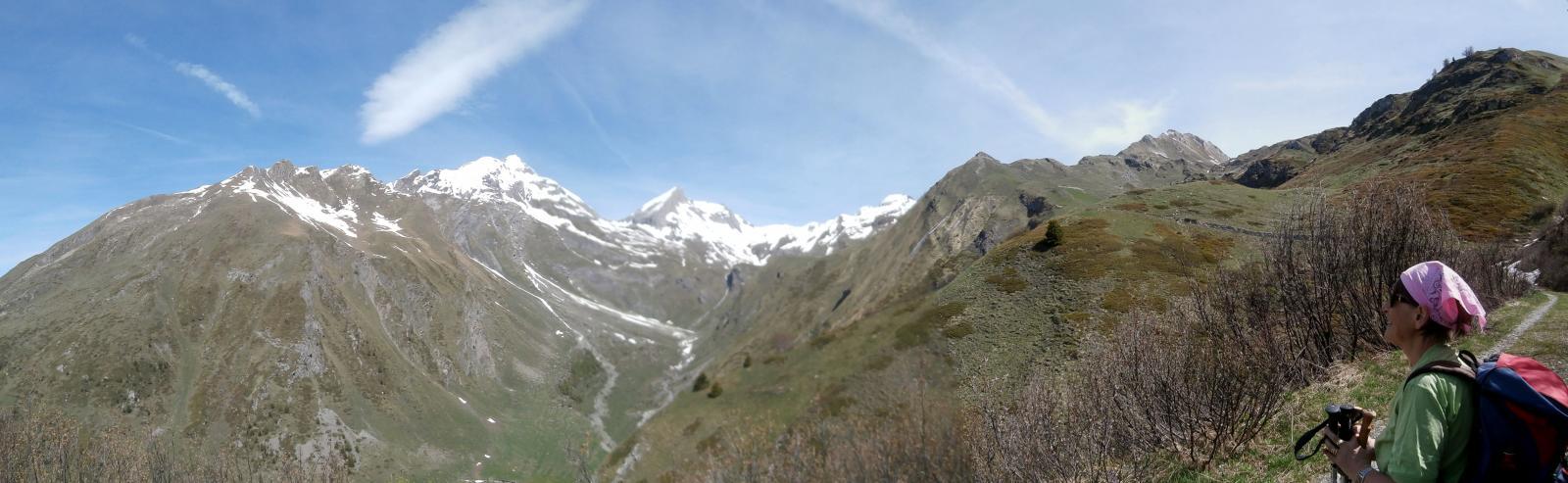 in salita verso  la baita rantin,panorama sulle vette  più importanti della zona,Grand Rochère,Bonalè (al centro ) etc...