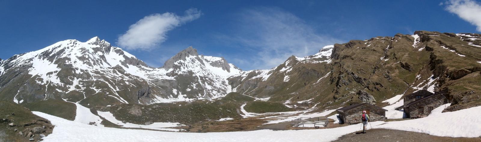 raggiunta l'Alpe Bonalè,la nostra meta, vette circostanti ancora ben innevate...