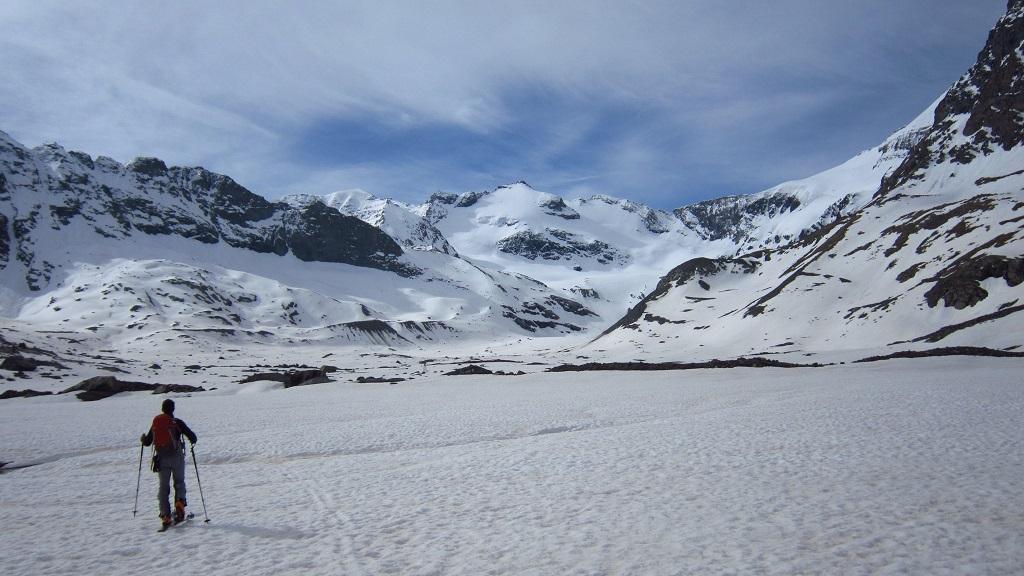 Si calzano gli sci in ambiente grandioso...