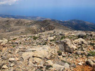 Si scende dallo Zaranokefala; sullo sfondo la spettacolare uscita della Gola di Aradhena