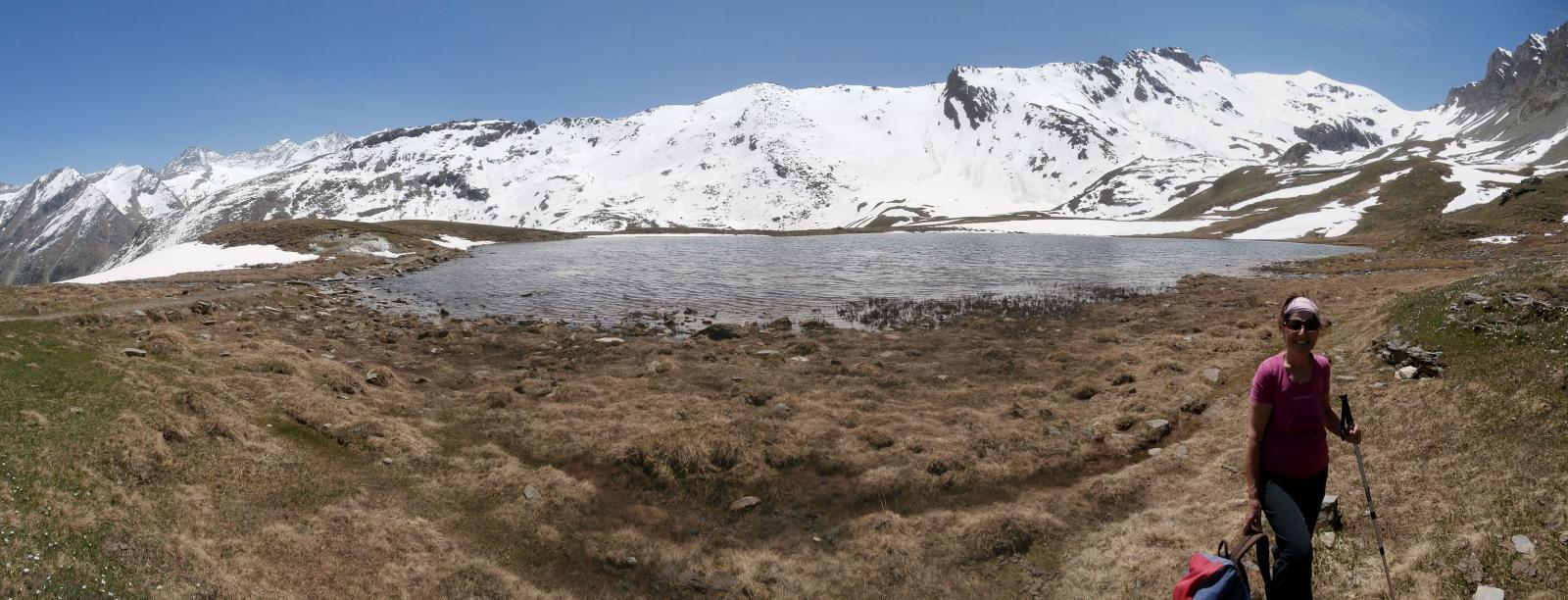 raggiunto il lago ,la neve inizia da qui  in su,panorama grandioso...