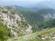 dal Passo della valletta, dorsale N del Pietravecchia, si vede in basso il tornante di inizio sentiero, Melosa e lago Tenarda