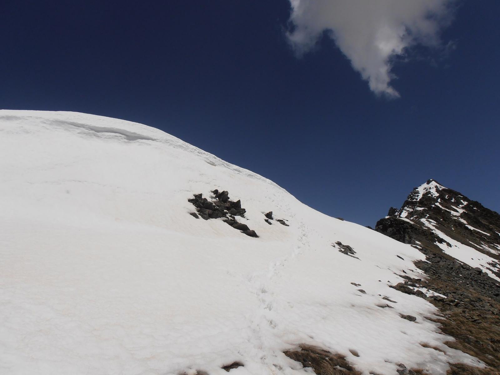06 - cornice di neve per arrivare in cima, buona per divertirsi a risalirla senza grandi pericoli